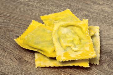 Tortelloni con ripieno di ricotta e spinaci, pasta fresca
