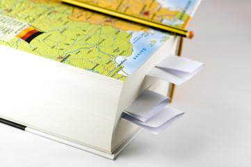 Libro aperto su sfondo bianco