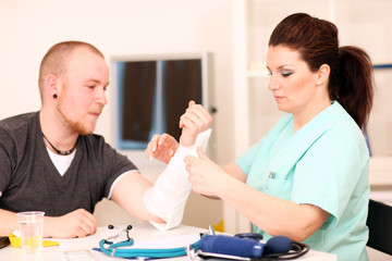 Patient mit gebrochener Hand