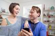 Paar mit dem Handy