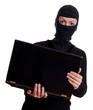 Einbrecher mit Laptop in der Hand