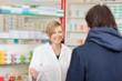 apothekerin berät einen kunden