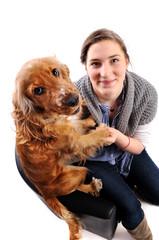 Junge Frau mit Hund auf Sessel