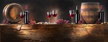 Martwa natura z czerwonego wina z beczki na pędach