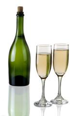 Botella con copa de vino blanco