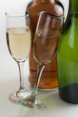 Botellas con copas  de vino blanco