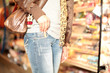 Ladendiebin im Supermarkt