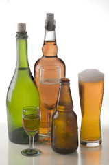 copas cerzezas y botellas de licor