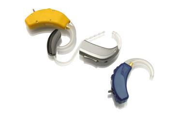 Vier verschiedene Hörgeräte - freigestellt