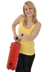 Junge Frau mit Feuerlöscher
