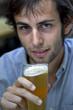 jeune homme beau soif bière sourire modèle mâle garçon
