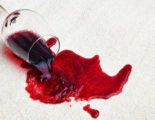 Rotwein verschüttet auf Teppich