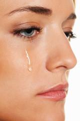 Traurige Frau weint Träne. Symbolphoto Angst und G