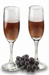 copas de vino tinto y uvas