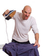 wütender Mann beim bügeln