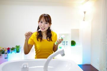 歯磨きをしている笑顔の女性