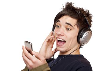 Jugendlicher mit Kopfhörer hört auf MP3 Player Musik und singt