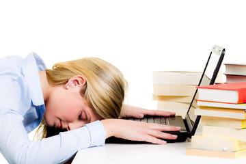 junge frau schläft auf ihrem laptop