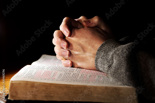 Leinwanddruck Bild Praying Hands with Holy Bible