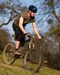 Mountainbiker auf einer Wiese