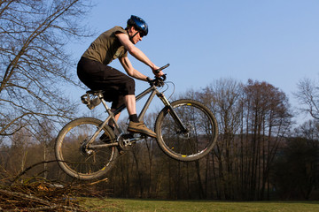 Springender Mountainbiker