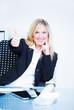 businessfrau zeigt ihren daumen motivierend hoch