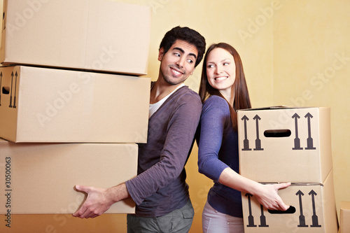 Verliebtes Paar beim Umzug