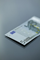 fünf euro liegend