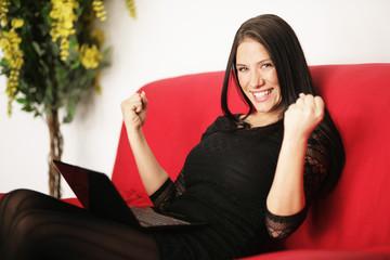 hübsche Frau entspannt zuhause online