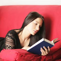 hübsche Frau entspannt zuhause beim lesen