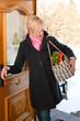 Frau kommt vom Einkaufen