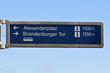 Wegweise Alexanderplatz und Brandenburger Tor
