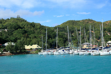 voiliers au mouillage dans la baie de Ste Anne aux Seychelles