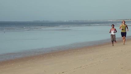 Sport Paar beim Jogging am Strand