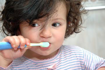 Niña cepillandose los dientes