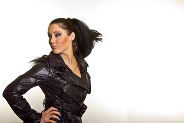 Model mit Blick über Schulter dynamisch Haare fliegend