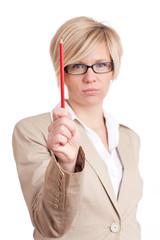 Frau mit rotem Stift in der Hand
