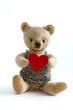 Alter Bär mit Herz