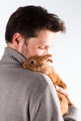junger Mann mit Kaninchen