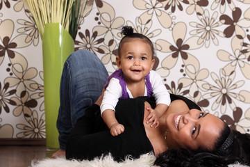 glückliche mama mit kind