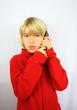 enfant blond téléphonant