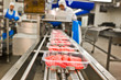 Leinwandbild Motiv Fleischverpackungen auf Fliessband