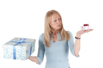Frau mit zwei Päckchen