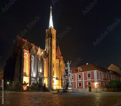 Church and monument at night © CCat82