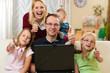 Familie vor dem Computer bei Videochat
