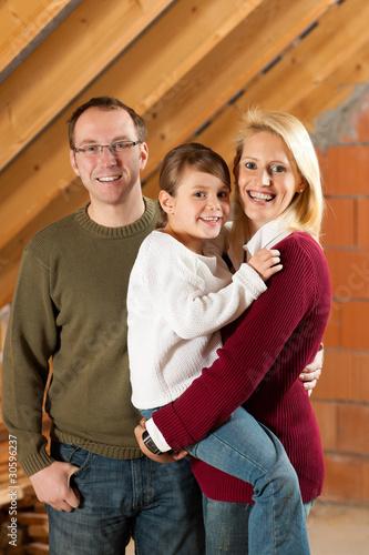 Junge Familie in einem Rohbau