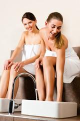 Zwei Frauen nehmen ein Fußbad