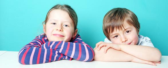 Lächelnde Geschwister