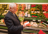 Fototapety Senior beim Einkaufen von Lebensmittel im Supermar