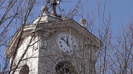 Campanile con orologio